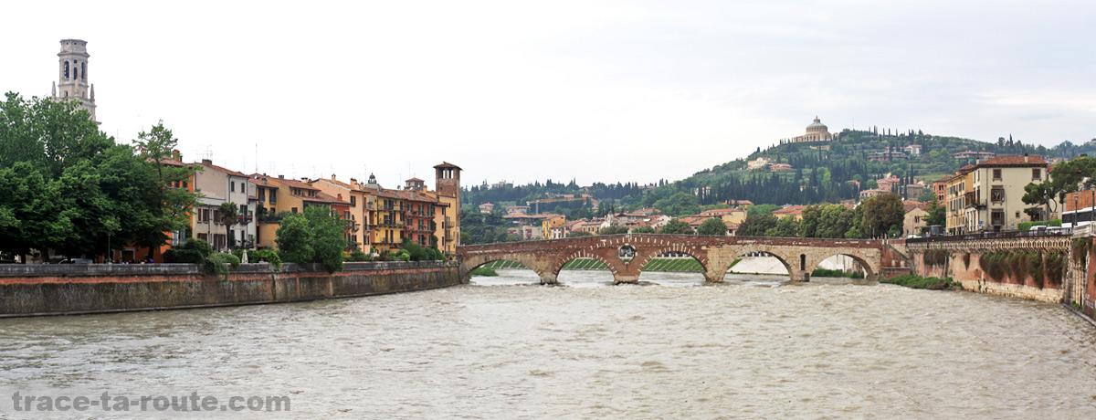 L'ADIGE (le fleuve qui traverse VÉRONE) et le Château San Pietro