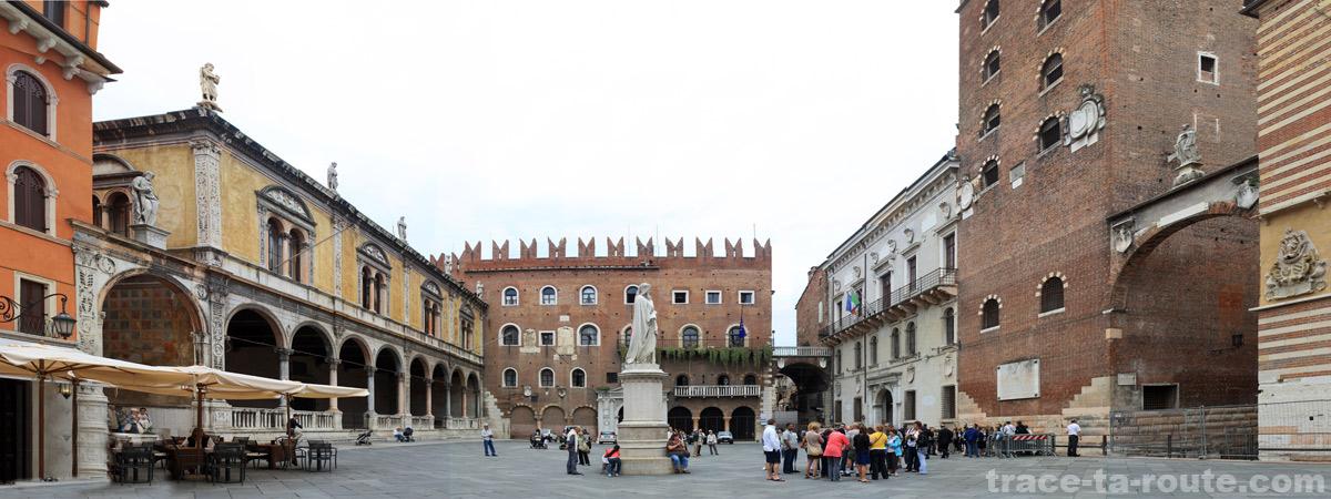 La PIAZZA DEI SIGNORI de VÉRONE, la Loggia del Consiglio, le Palazzo Cansignorio et la Statue de Dante
