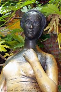 Statue de JULIETTE à la CASA DI GIULETTA à VÉRONE