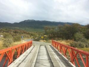 pont rouge dans le parc national de la Terre de Feu blog voyage