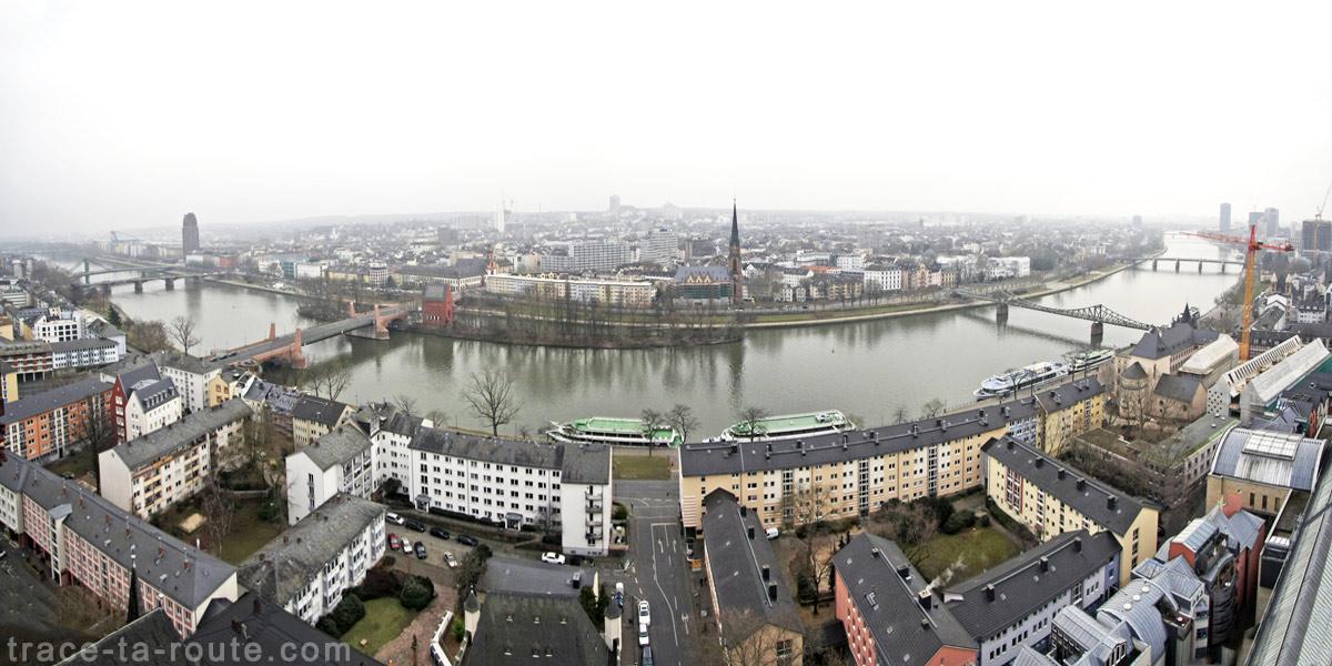 Vue panoramique sur Francfort depuis le sommet de la Cathédrale Sainte-Barthélémy (Kaiserdom St. Bartholomäus Frankfurt)