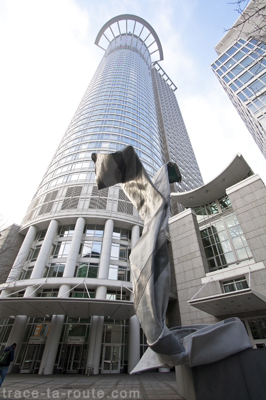 """Inverted Collar and Tie"" (1994) de Claes OLDENBURG devant la Westend Tower à Francfort"