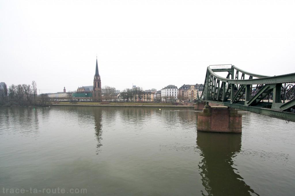 Eiserner Steg, pont sur le Main de Francfort et Dreikönigskirche