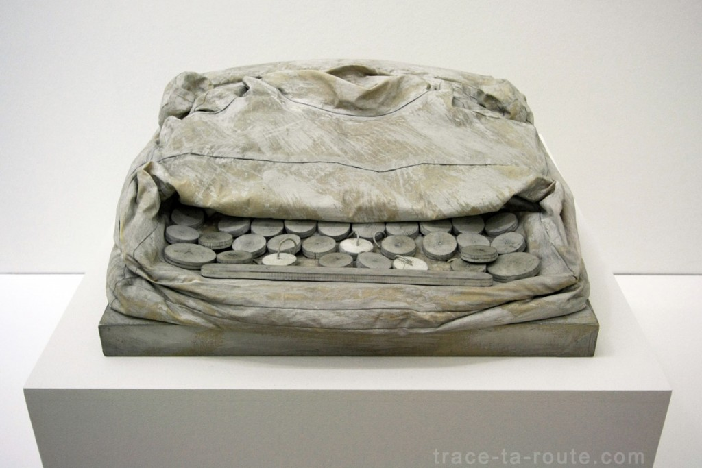 """Soft Typerwriter - Ghost version"" (1965) Claes OLDENBURG, Musée d'Art Moderne de Francfort"