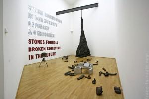 """""""Blitzschlag mit Lichtschein auf Hirsch"""" (1958-1985) Joseph BEUYS """"Stones found and broken sometime in the future"""" (1994/97) Lawrence WEINER Musée d'Art Moderne de Francfort"""