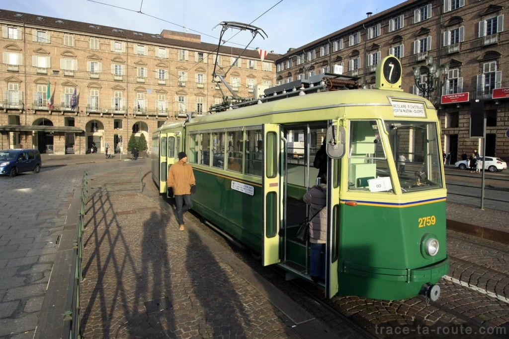 Tram touristique sur la Piazza Castello de Turin