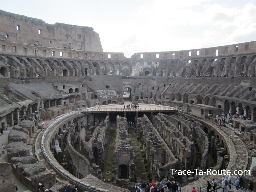 L'arène vue de face au Colisée de Rome, Italie