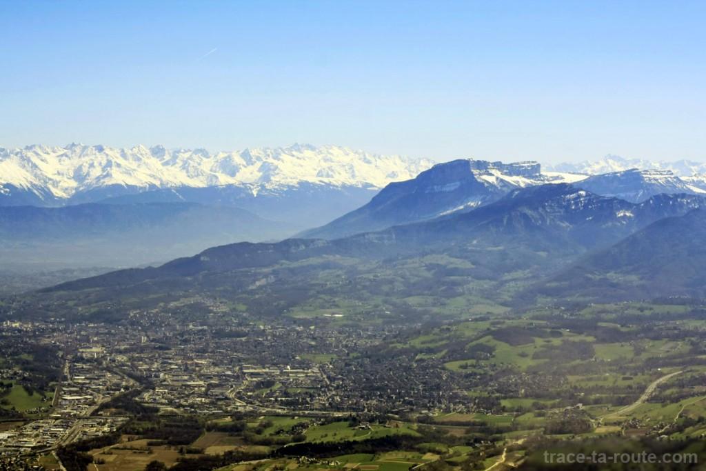 Vue depuis le sommet de la Dent du Chat : Chambéry, le Granier et Belledonne