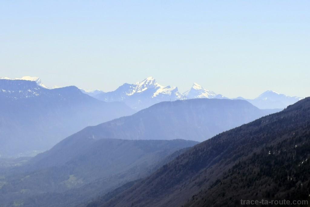 Vue depuis le sommet de la Dent du Chat : le Grand Som et Chamechaude, en Chartreuse