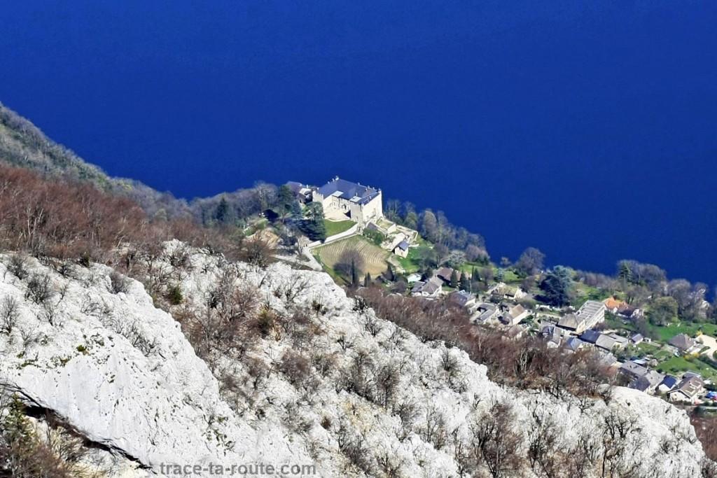 Le Château de Bourdeau vue depuis le sommet de la Dent du Chat