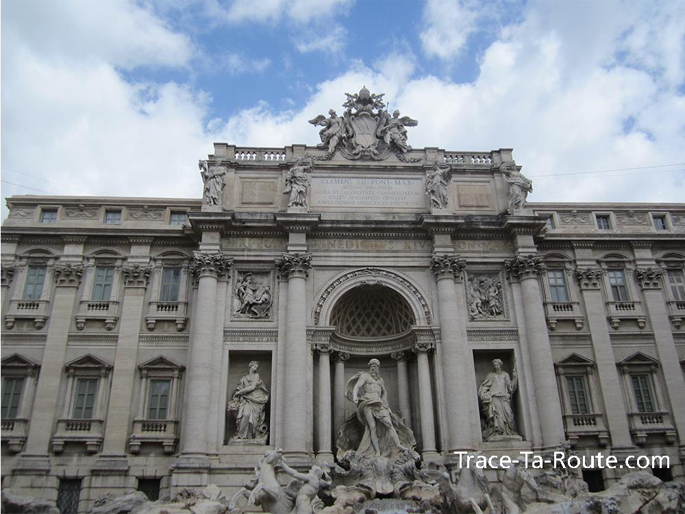 Le ciel bleu et la fontaine de Trevi de Rome, Italie