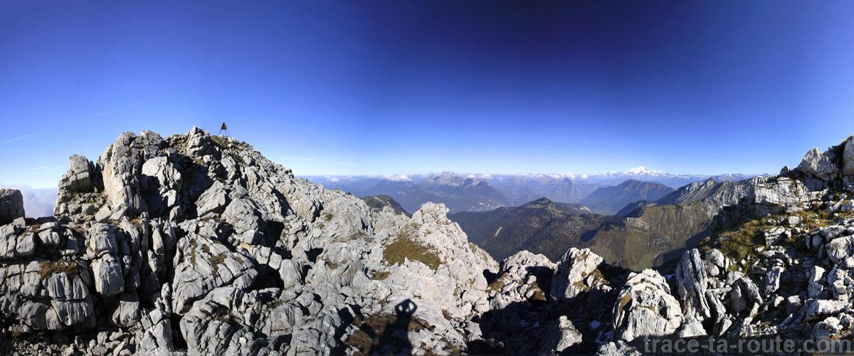 Le sommet du Trélod (Massif des Bauges) et le Mont Blanc en fond