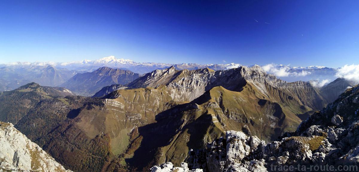L'Arcalod et le Mont Blanc, vus depuis le sommet du Trélod (Bauges)