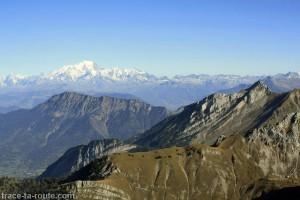 Le Mont Blanc, la Dent de Cons et la Sambuy, vus depuis le sommet du Trélod (Bauges)