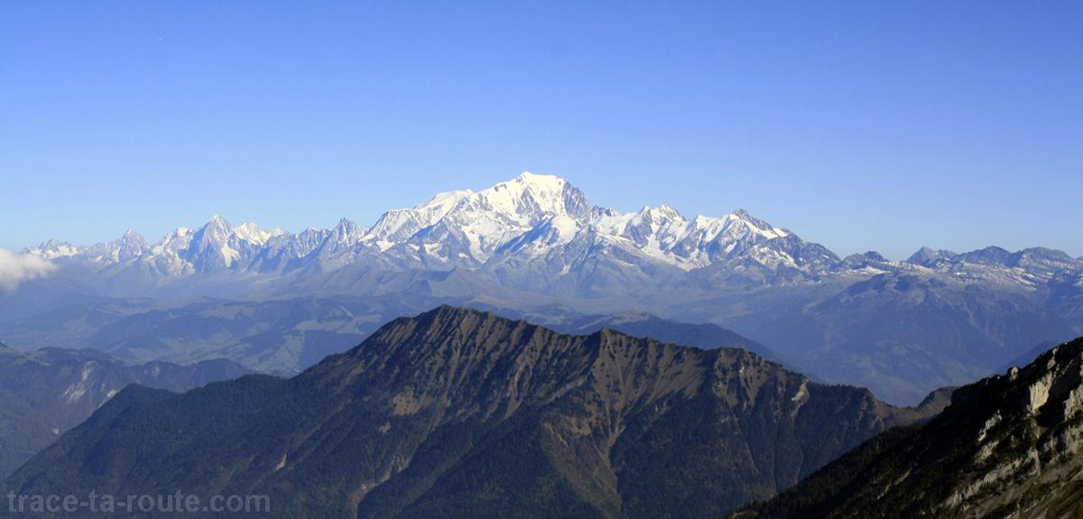 Le Massif du Mont Blanc et la Dent de Cons, vus depuis le sommet du Trélod (Bauges)