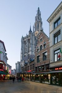 Rue Jan Blomstraat et la Cathédrale Notre-Dame d'Anvers