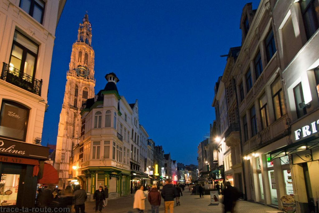 Oude Koornmarkt et la Cathédrale Notre-Dame d'Anvers