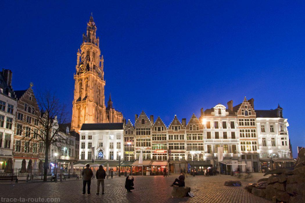 Terrasses sur Grote Markt et Cathédrale Notre-Dame d'Anvers