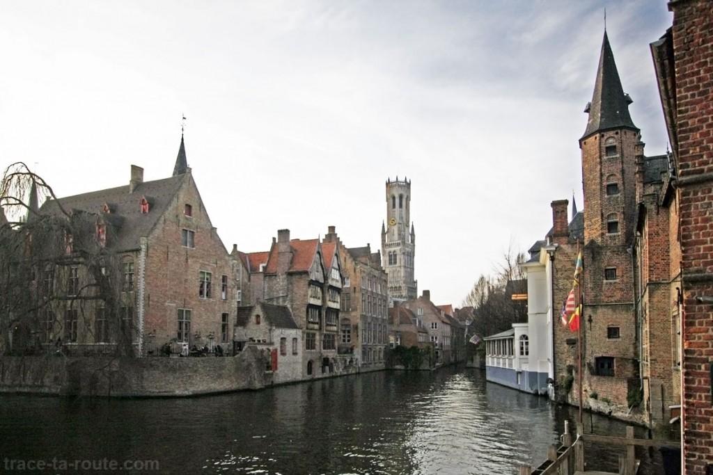 Quai du Rosaire (Rozenhoedkaai) à Bruges, avec le Beffroi en fond