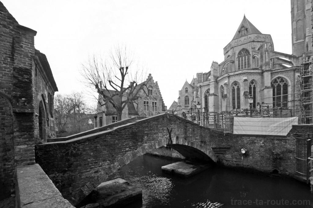 Canal vers Arentshof et l'Église Notre-Dame à Bruges