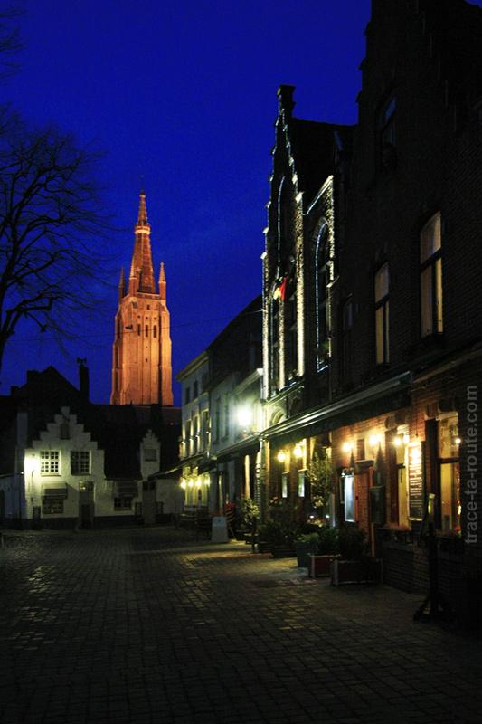 Place Walplein à Bruges avec le clocher de l'Église Notre-Dame en fond