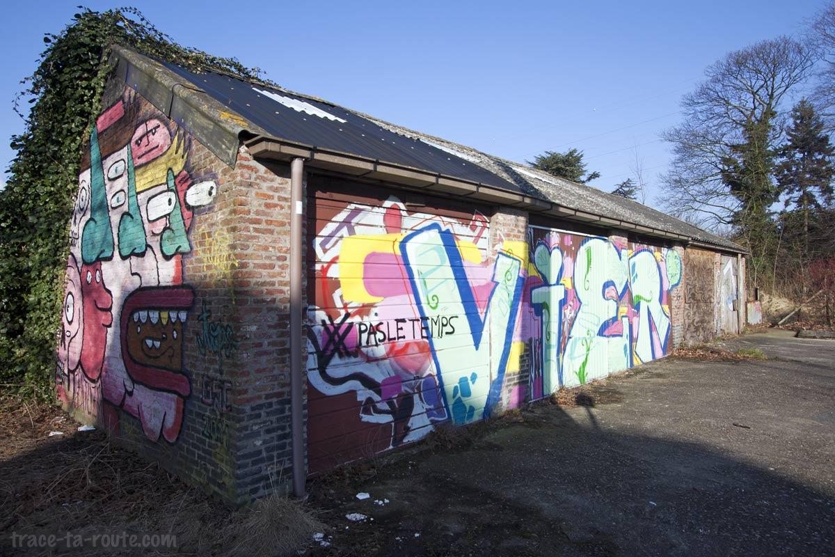Graffitis sur des garages abandonnés à Doel