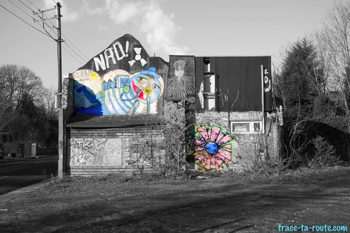 Urbex - Graffitis sur la façade d'une maison abandonnée de Doel Belgique © L'Oeil d'Édouard