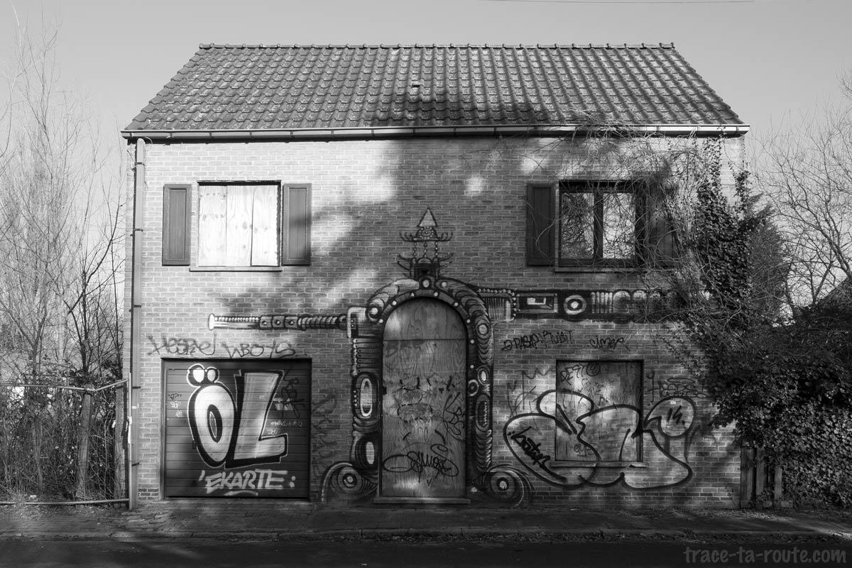Urbex - Graffitis sur la façade d'une maison abandonnée de Doel Belgique