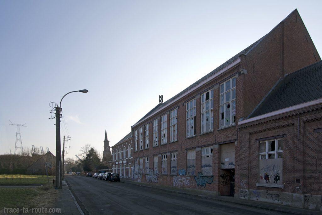Ancienne école abandonnée de Doel et l'église