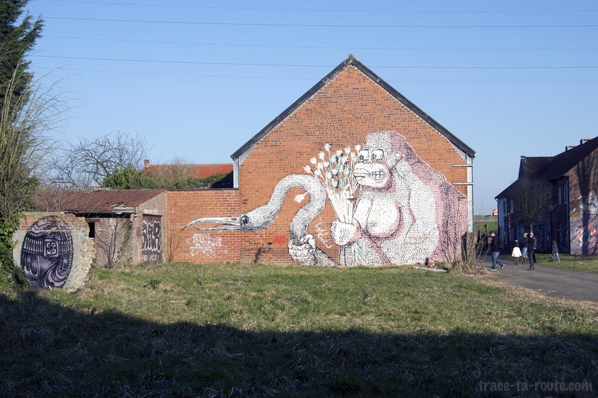 Graffiti Street Art sur la façade du garage abandonné de Doel - Roa