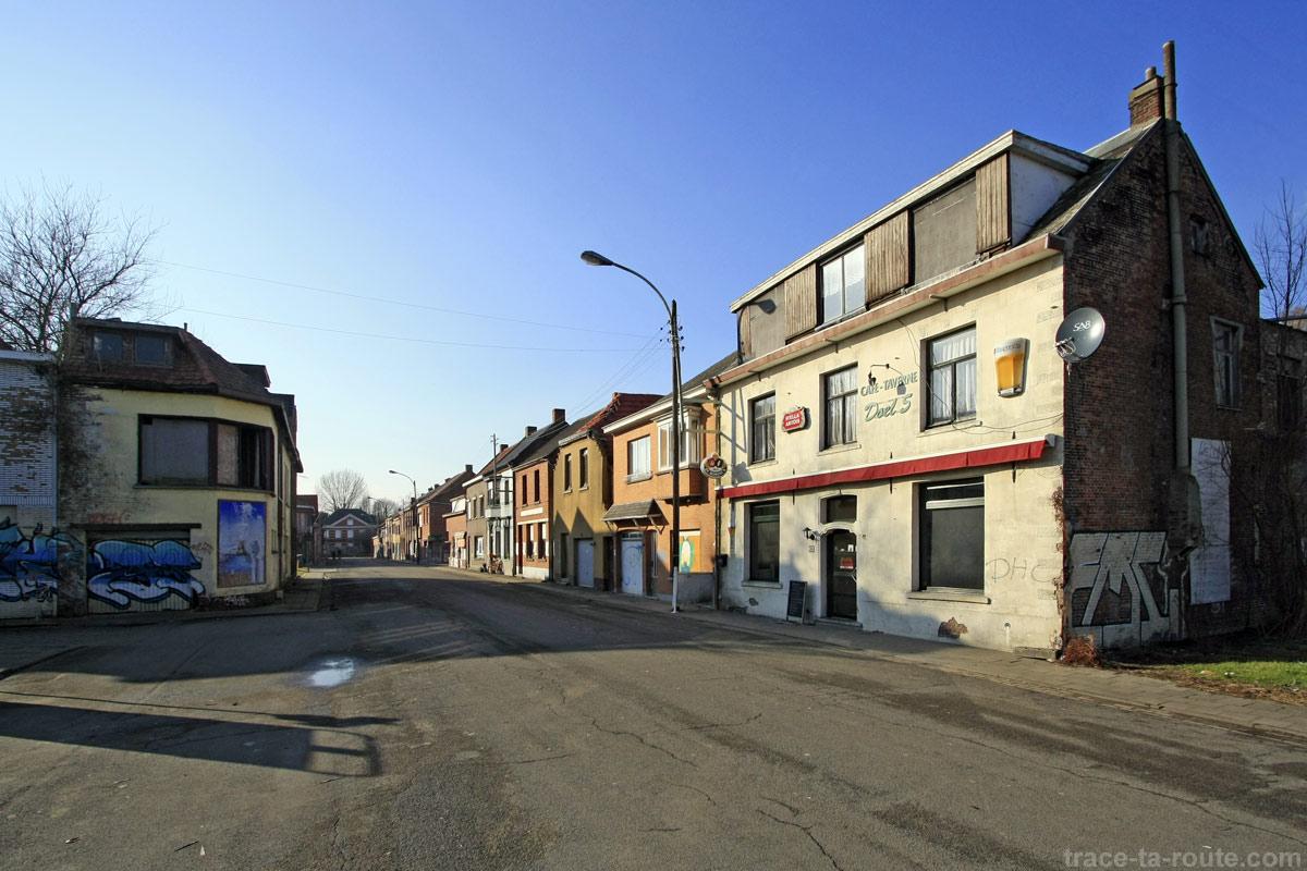 Rue déserte et maisons abandonnées à Doel