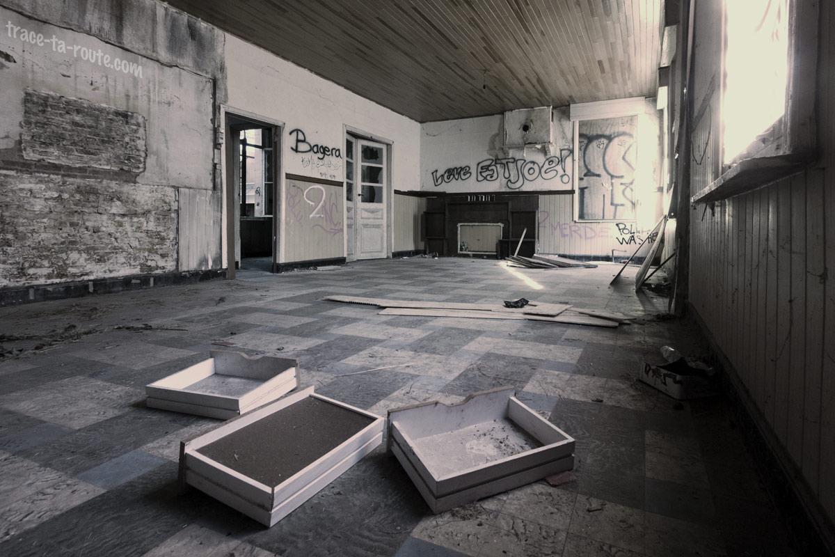 Urbex - Intérieur d'une maison abandonnée à Doel - édouard photographie © Trace Ta Route