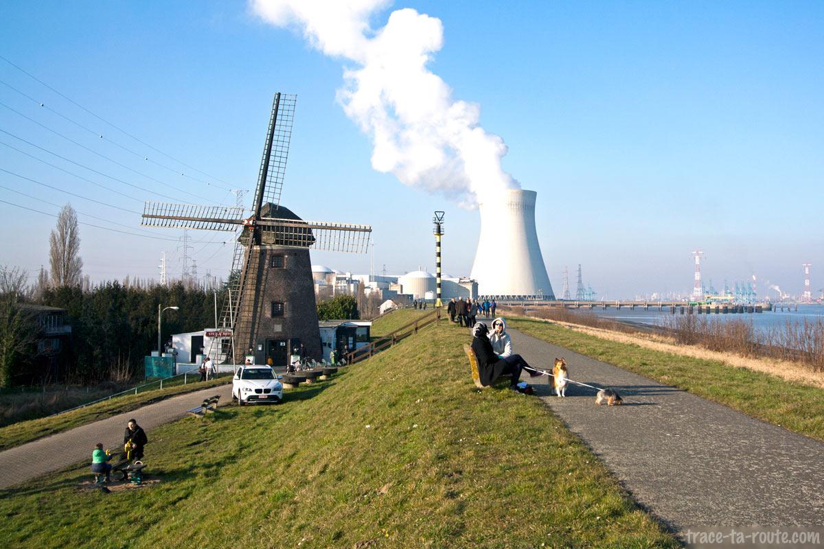 Promenade au Moulin de Doel avec la centrale nucléaire en fond