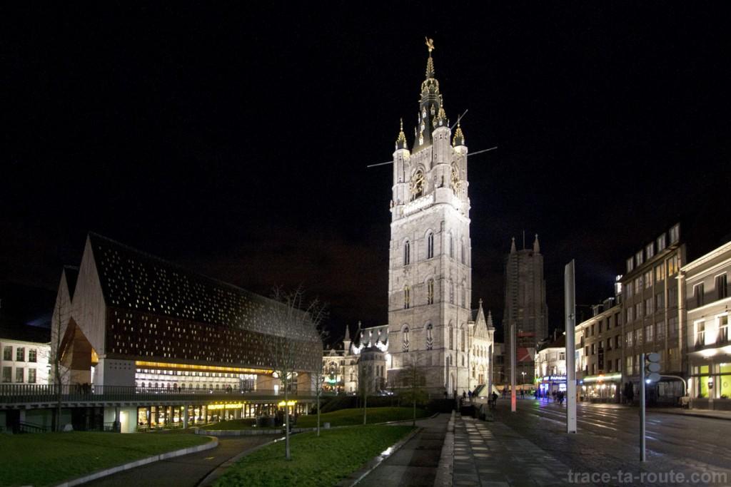 Stadshal, le Beffroi de Gand et le clocher de la Cathédrale Saint-Bavon de nuit, Belgique - Gent Belgium