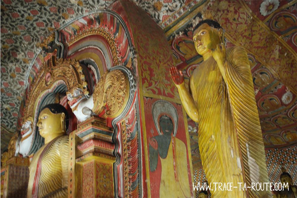 Statue dorée de Bouddha à Dambulla, Sri Lanka
