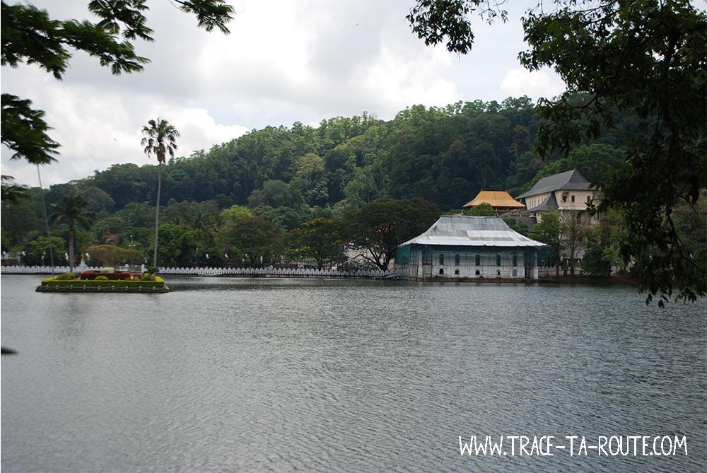 Ile sur le lac de Kandy, Sri Lanka