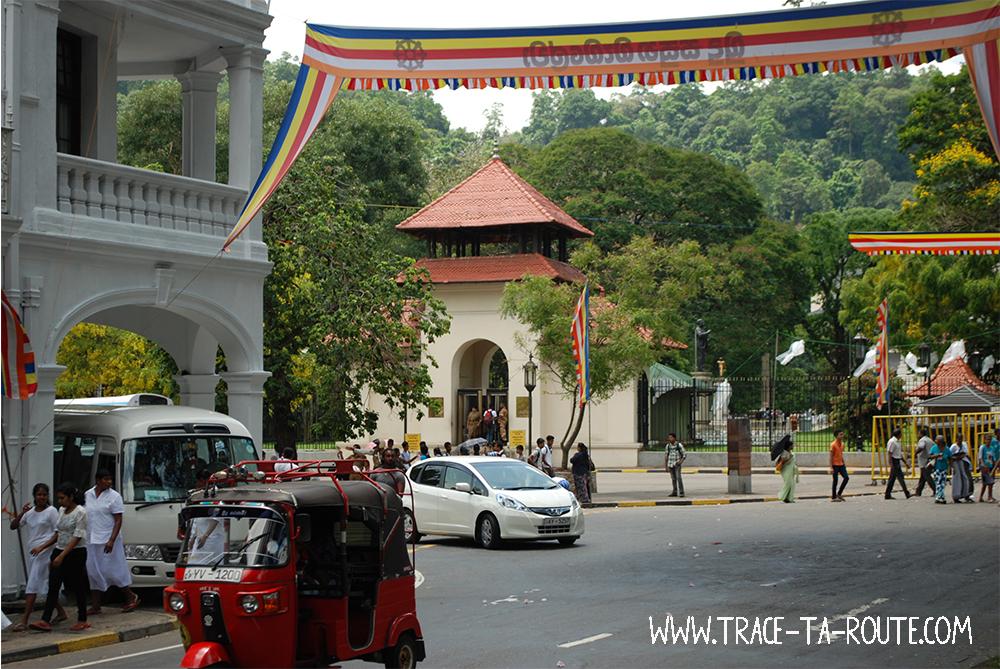 Entrée du temple de la Dent à Kandy, Sri Lanka