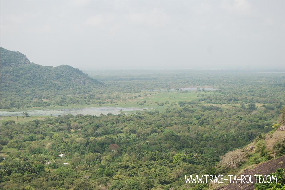 Mihintale vue sur un lac, Sri Lanka