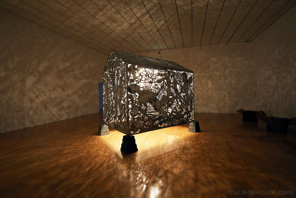 """""""Temple of hope : hit by a bus"""" (2010-2011) Ethang WIHARSO - Exposition OPEN SEA MAC Lyon"""