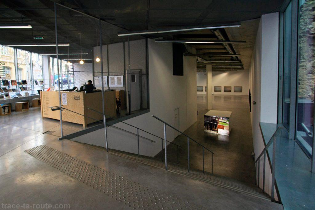 Le FRAC PACA Marseille : rez-de-chaussée, accueil, billetterie et salle d'exposition niveau -1