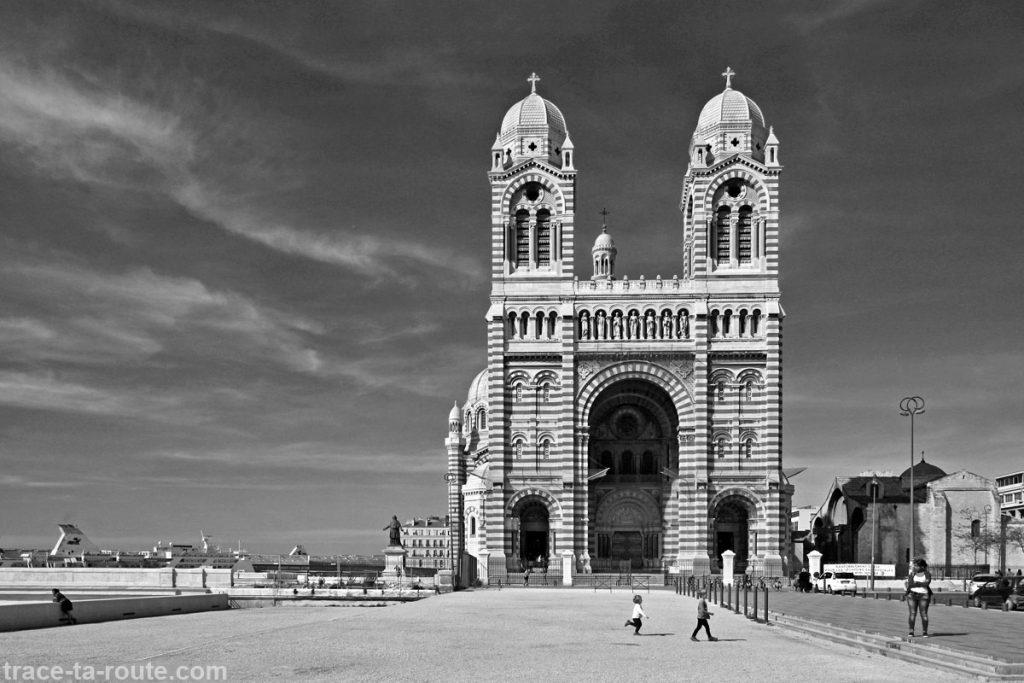 Façade avant de la Major de Marseille, en noir et blanc - édouard photographie © Trace Ta Route
