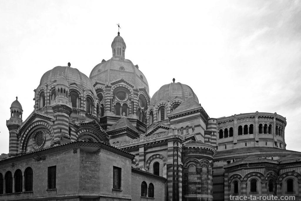 Le dôme de la Major de Marseille et les coupoles, e noir et blanc