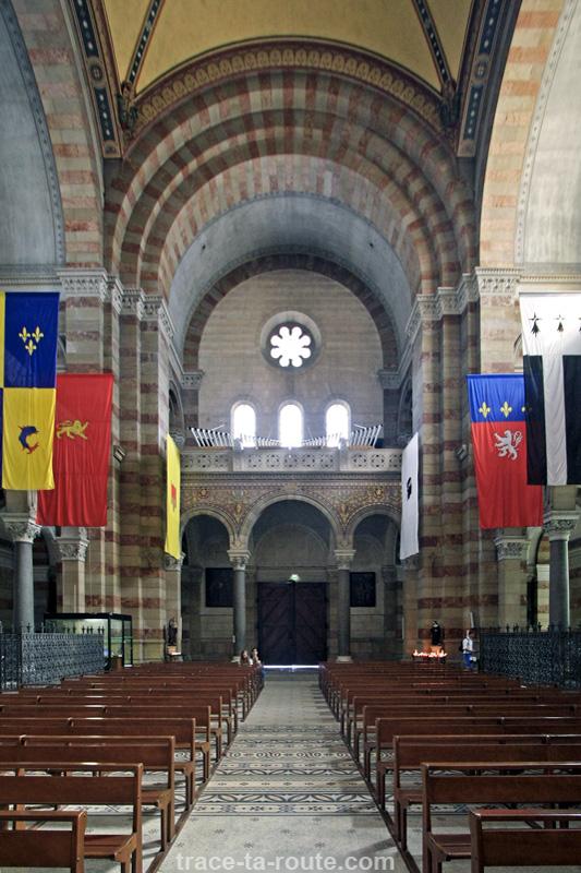 Intérieur de la Major de Marseille : la Nef
