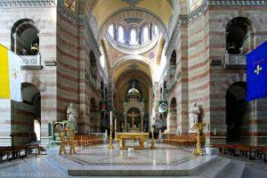 Intérieur de la Major de Marseille : l'autel et le sanctuaire