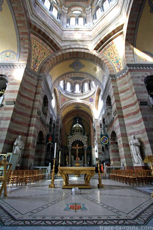Intérieur de la Major de Marseille : l'autel et la croisée du transept