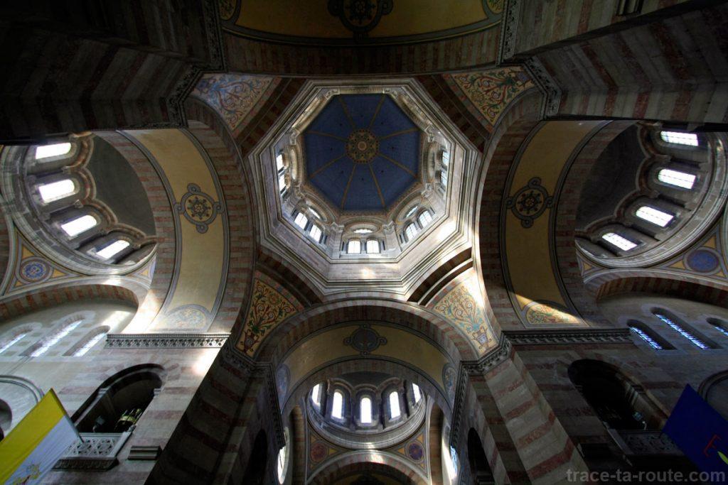 Intérieur de la Major de Marseille : la voute des coupoles et le transept