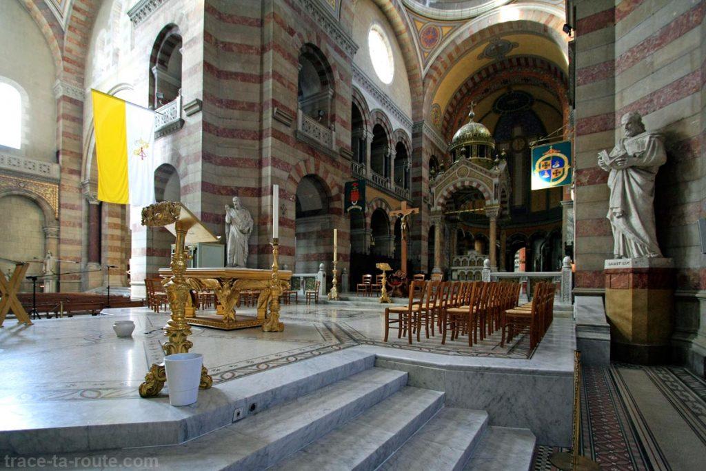 Intérieur de la Major de Marseille : l'autel, le sanctuaire et le ciborium