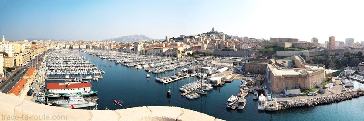 Vue sur le Vieux Port de Marseille et la Basilique Notre-Dame de la Garde depuis le Fort Saint-Jean