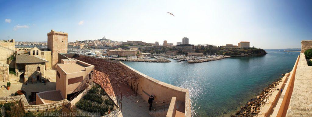 Vue sur le Fort Saint-Jean de Marseille, la Basilique Notre-Dame de la Garde, le Pharo et l'entrée du Vieux Port