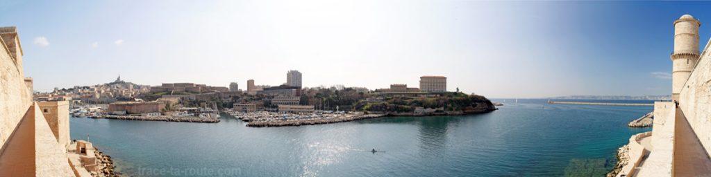 Vue sur l'entrée du Vieux Port de Marseille, la Basilique Notre-Dame de la Garde et le Pharo depuis le Fort Saint-Jean